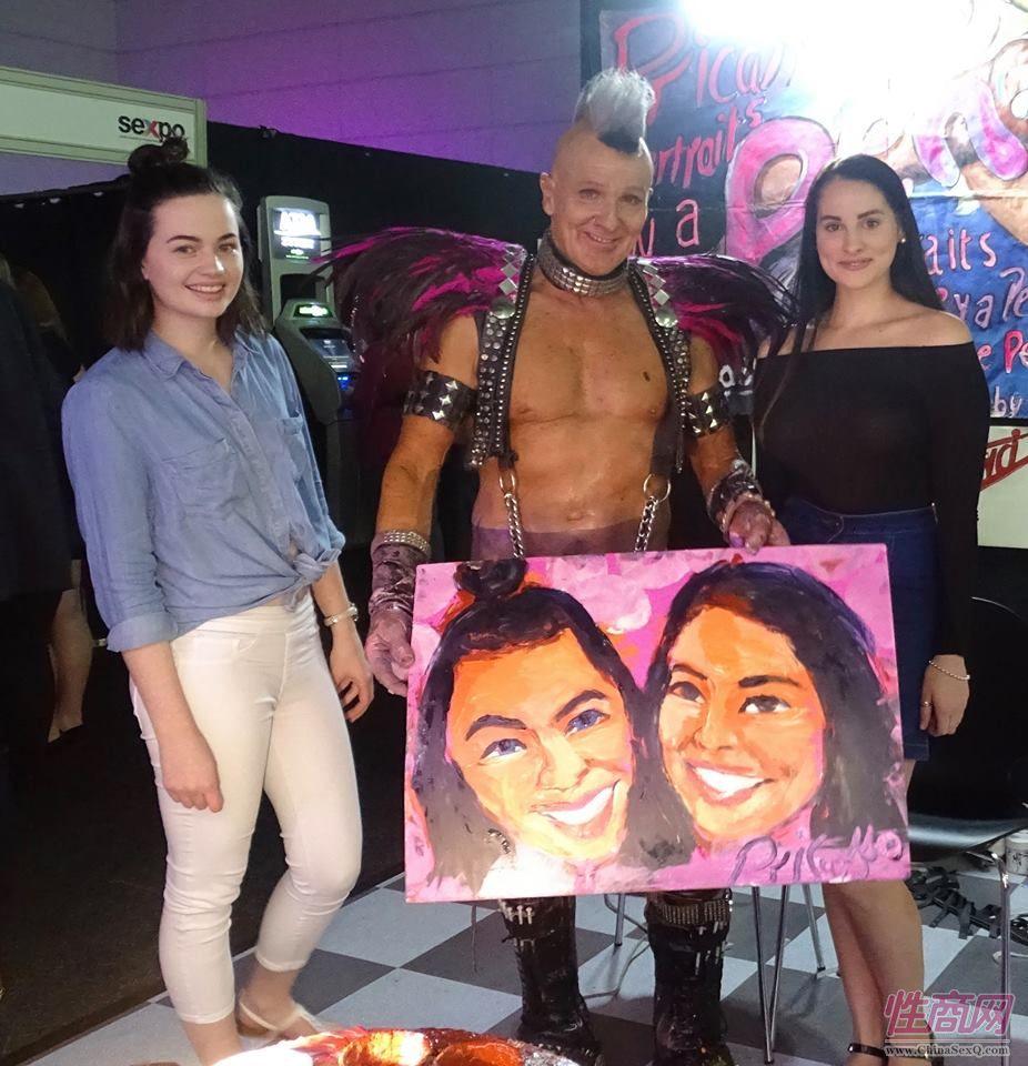2017布里斯班成人展艺术家用小弟弟作画图片2