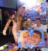 美女和男友看着毕加索用小弟弟画的肖像话忍俊不住