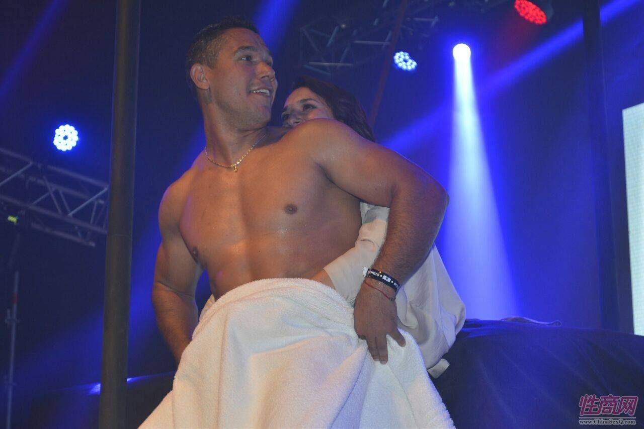 肌肉男邀请年轻女观众上台,激情互动