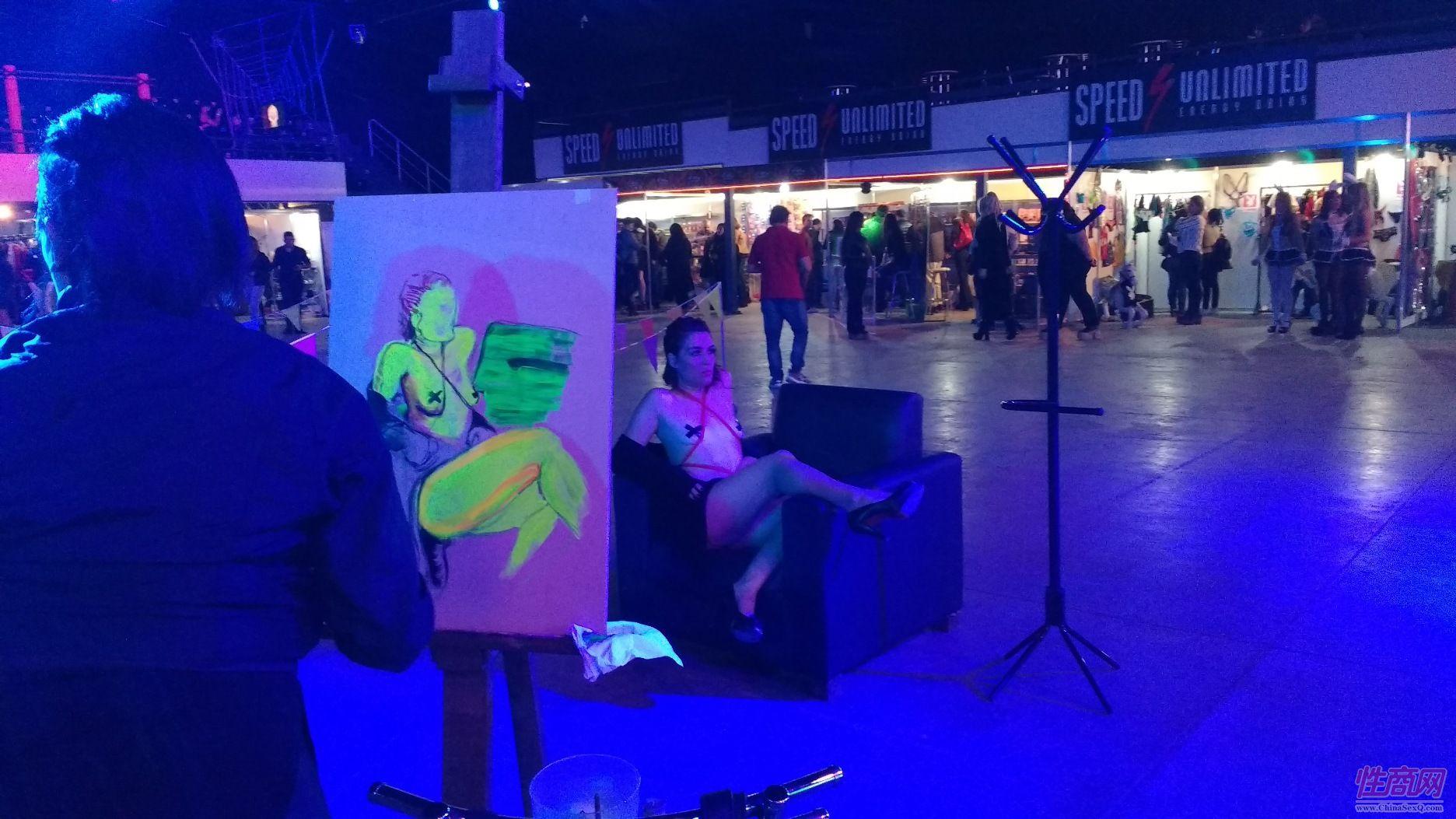 油画家现场给模特画肖像