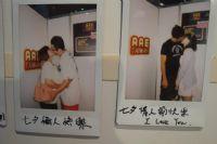 台湾亚洲成人博览七夕节开幕情侣纷纷舌吻留影图片3