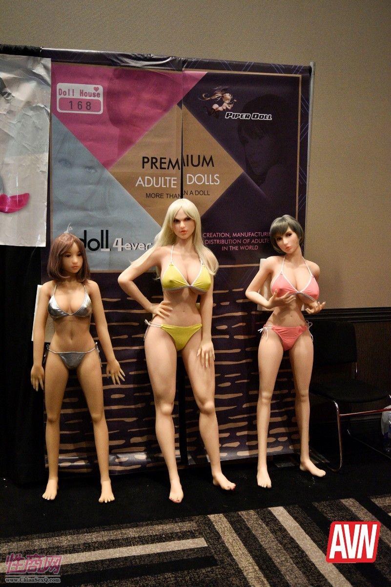 三款不同肤色体型的实体娃娃