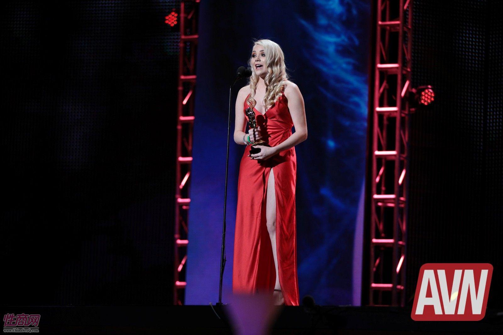获奖女明星身穿红色晚礼服非常优雅