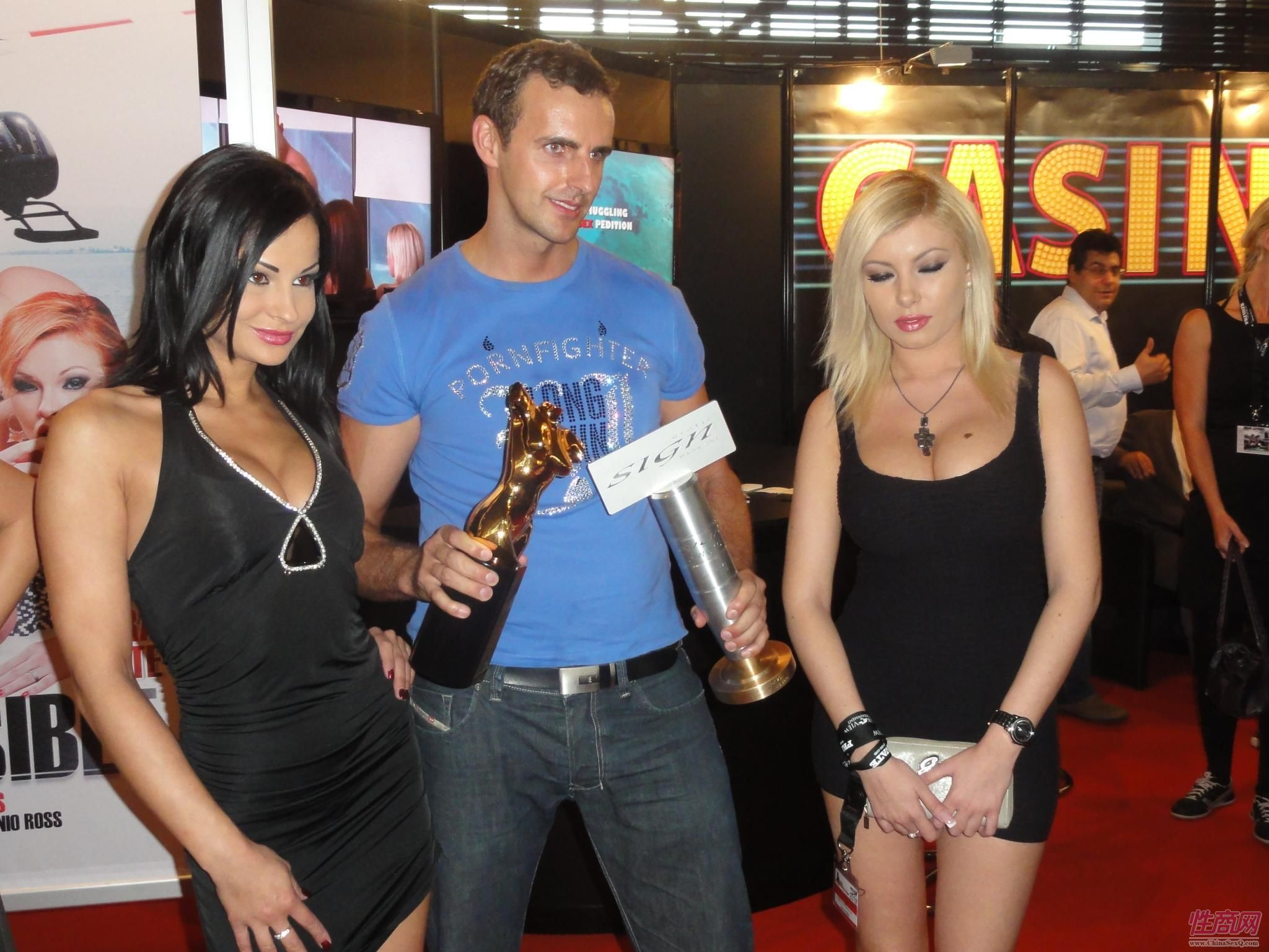 成人影视公司获得组委会颁发的年度大奖