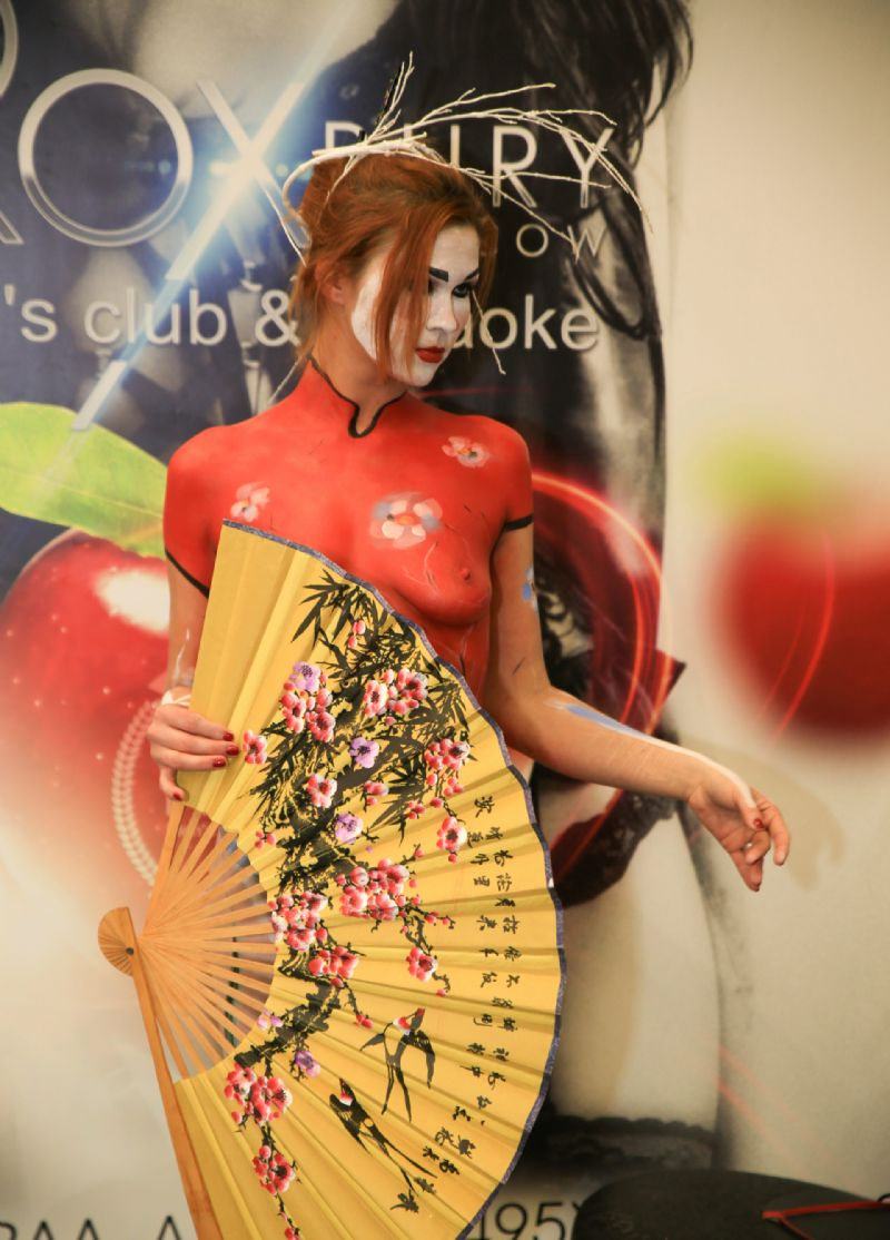 模特手拿中国传统花鸟折扇