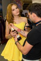 美女模特送上香槟