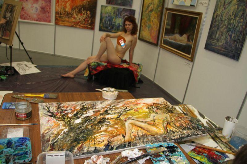 艺术家现场绘画,人体模特非常专业