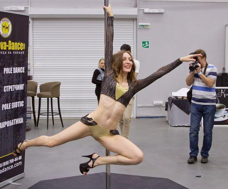 钢管舞者的表演优美绝伦让观众流连忘返