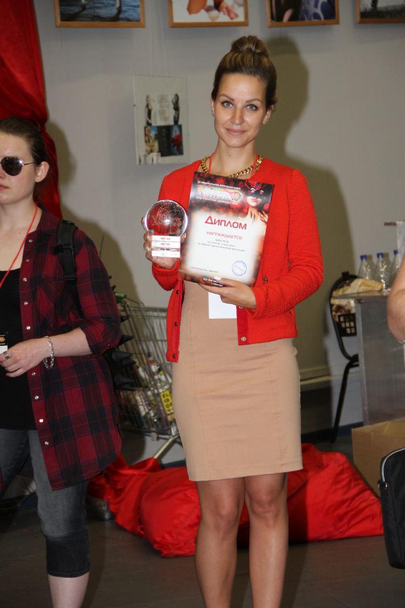 获奖嘉宾展示奖杯和证书