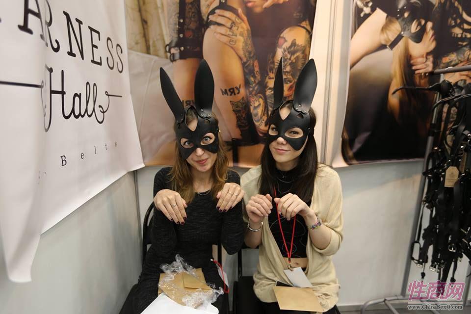 两位美女展商演示SM玩具