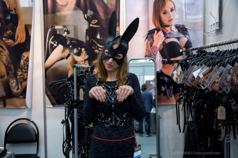 女模特演示SM兔子面罩玩具