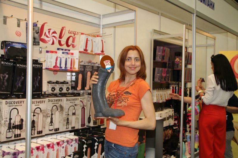 XXXL超大size的仿真阳具,俏皮的美女展商大方展示