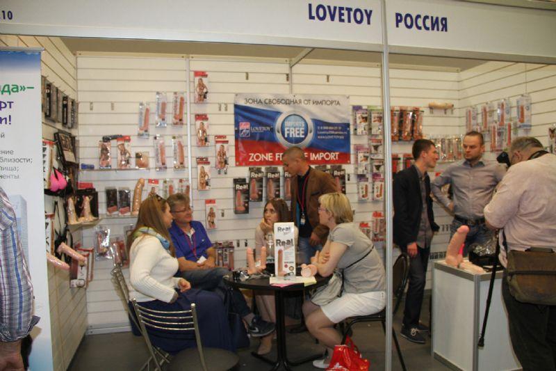 采购商在LOVETOY公司展台咨询产品细节