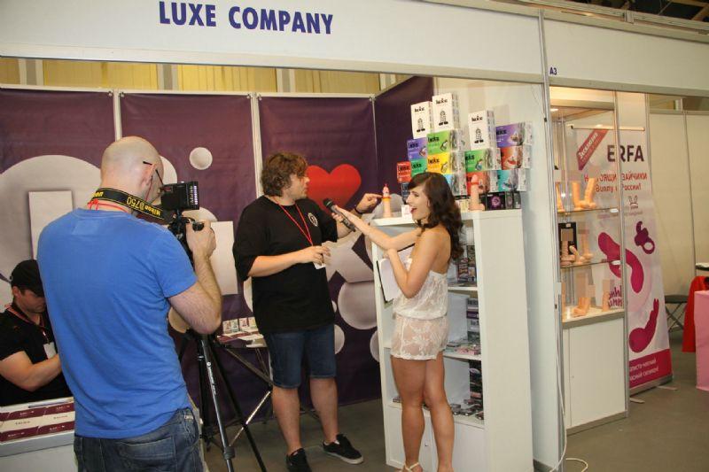 美女记者采访LUXE安全套