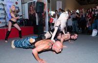 两位男演员俯身支撑起女演员