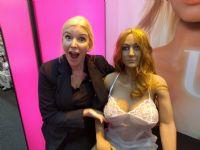 俏皮女展商直接上手体验成人娃娃胸部触感