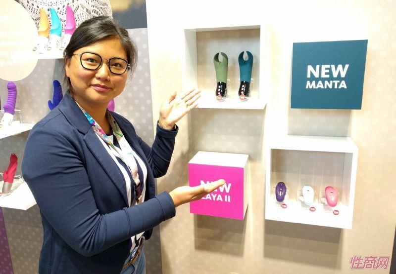 展商自豪的展示新款振动棒玩具