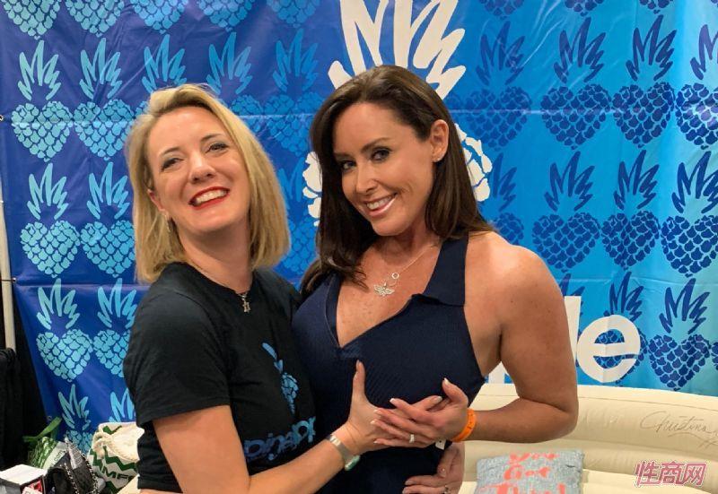 两位美女参展嘉宾