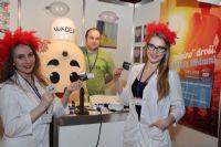 东欧美女模特展示安全套产品