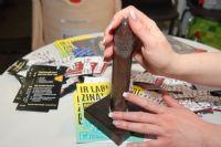 工作人员在模具套上避孕套,展示套套的品质