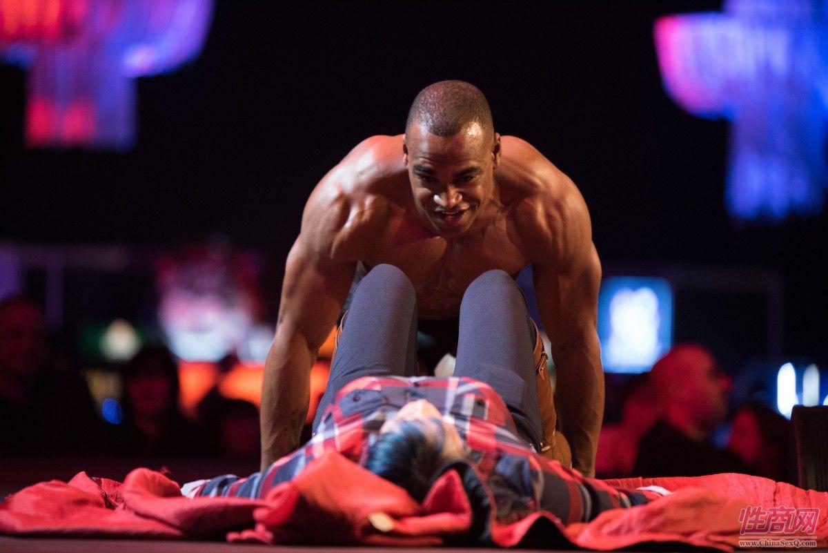 肌肉男演员邀请女粉丝上台亲密互动,细节不可描述