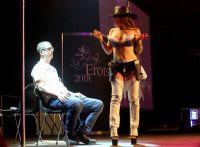 性感的女舞蹈演员邀请观众上台亲密互动