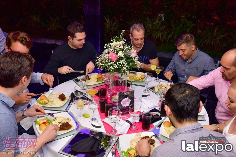 嘉宾们享受美酒佳肴、放松心情