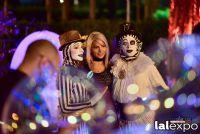 嘉宾们和表演小丑的演员合影