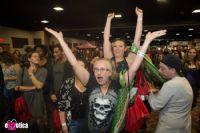 现场观众看到精彩表演情不自禁手舞足蹈