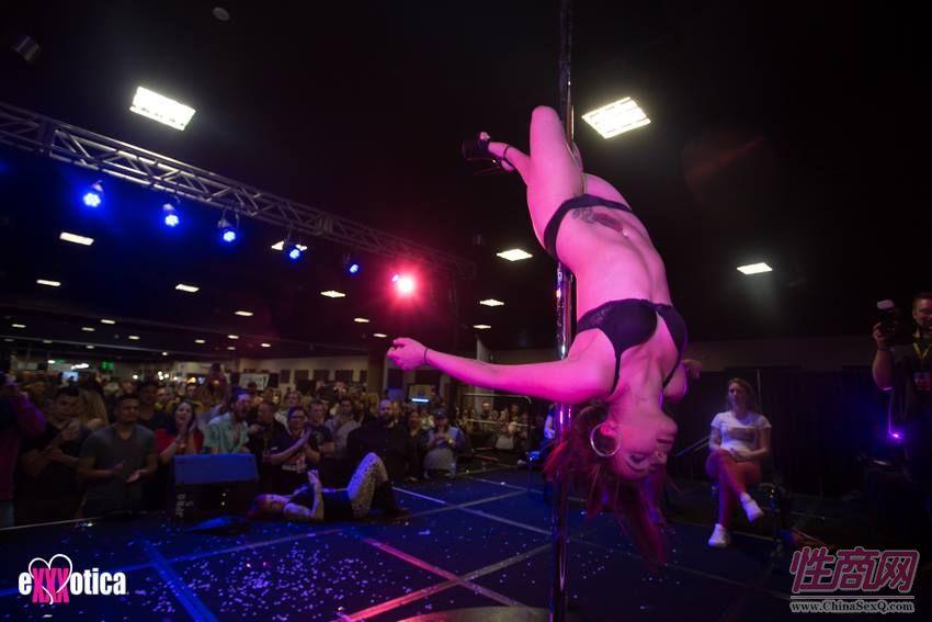 性感的钢管舞吸引大量观众
