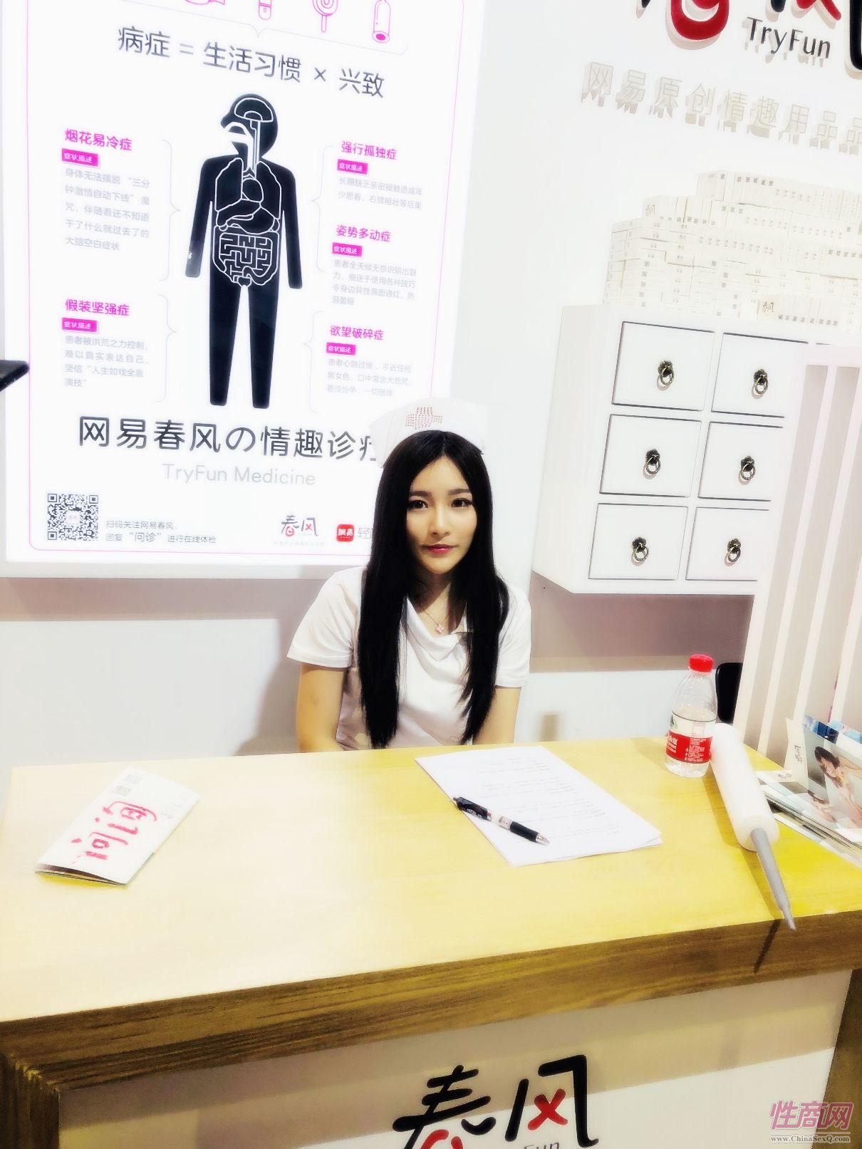 18上海成人展-现场模特 (4)