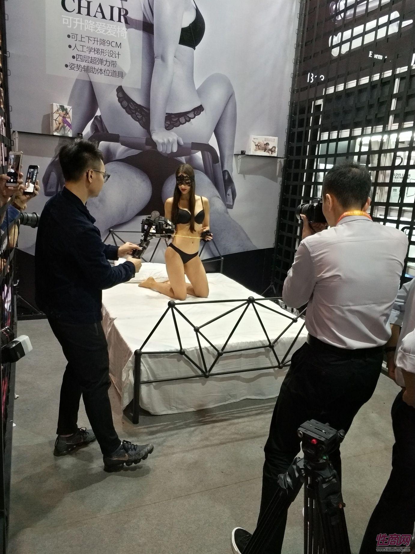 18上海成人展-现场模特 (11)