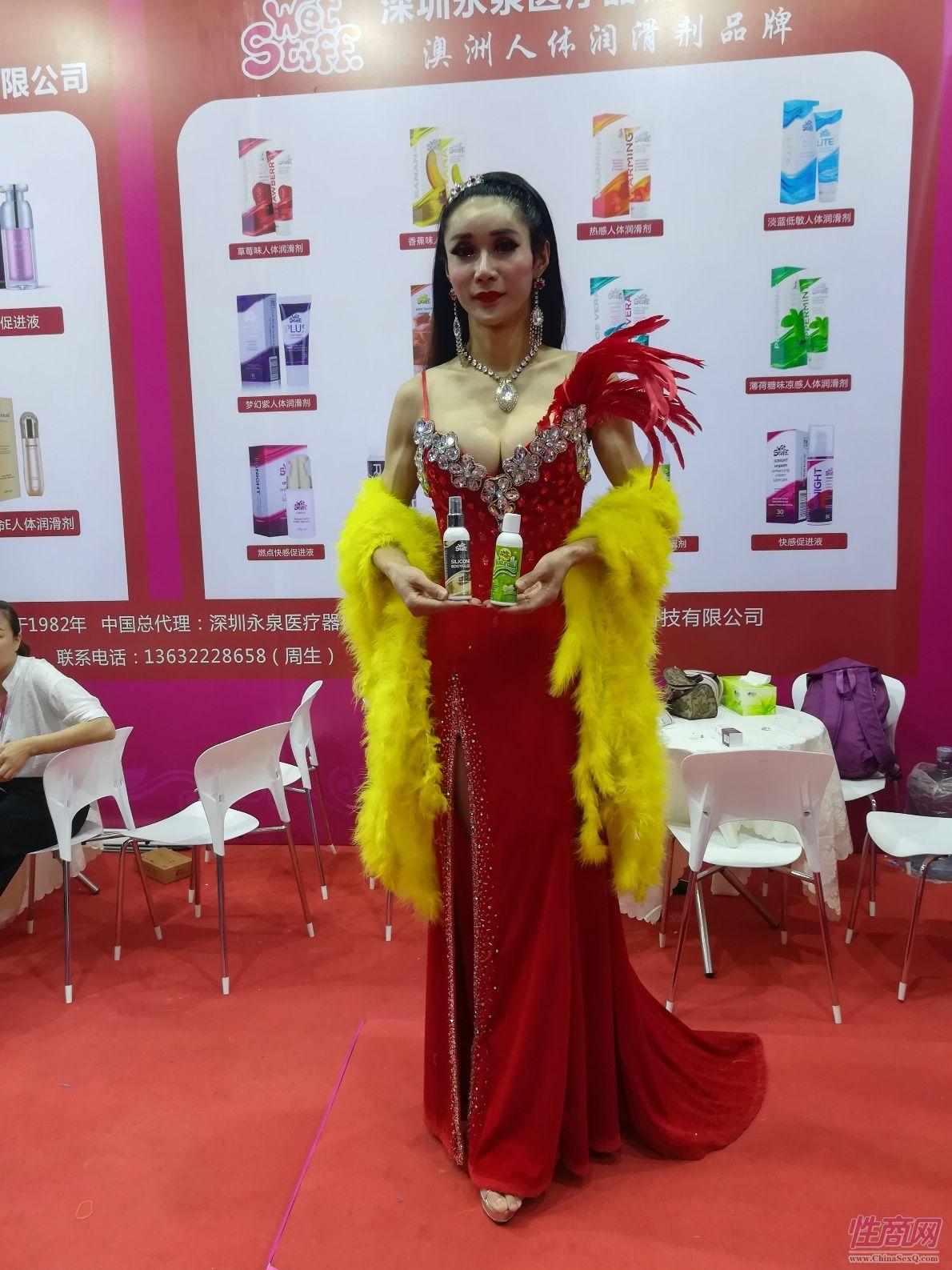 18上海成人展-现场模特 (17)