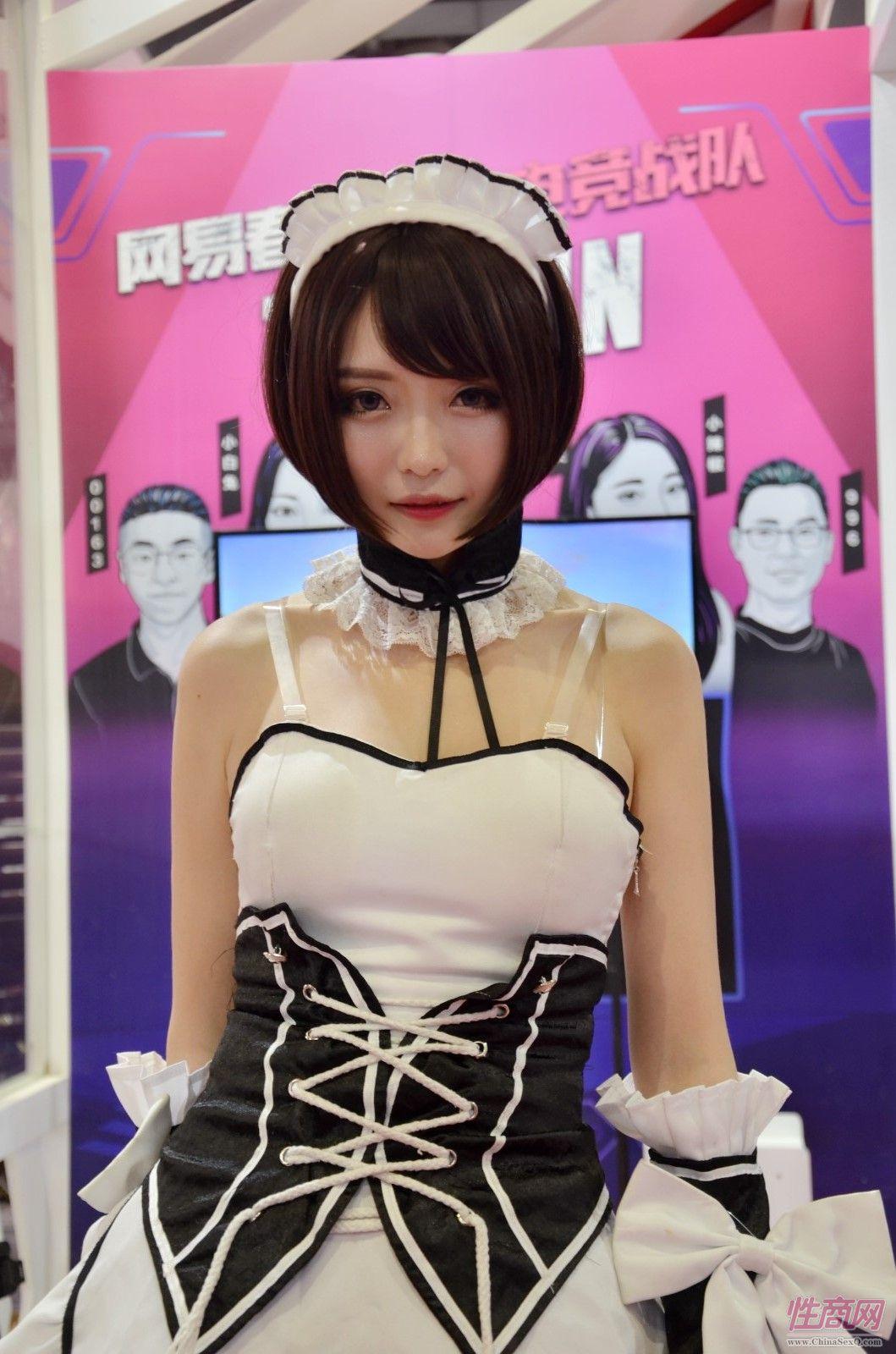 模特身着女仆装