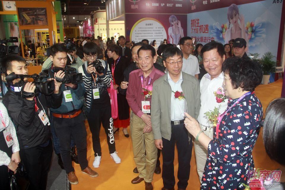 广州性文化节组委会李总和相关政府部门、协会领导来到展会现场