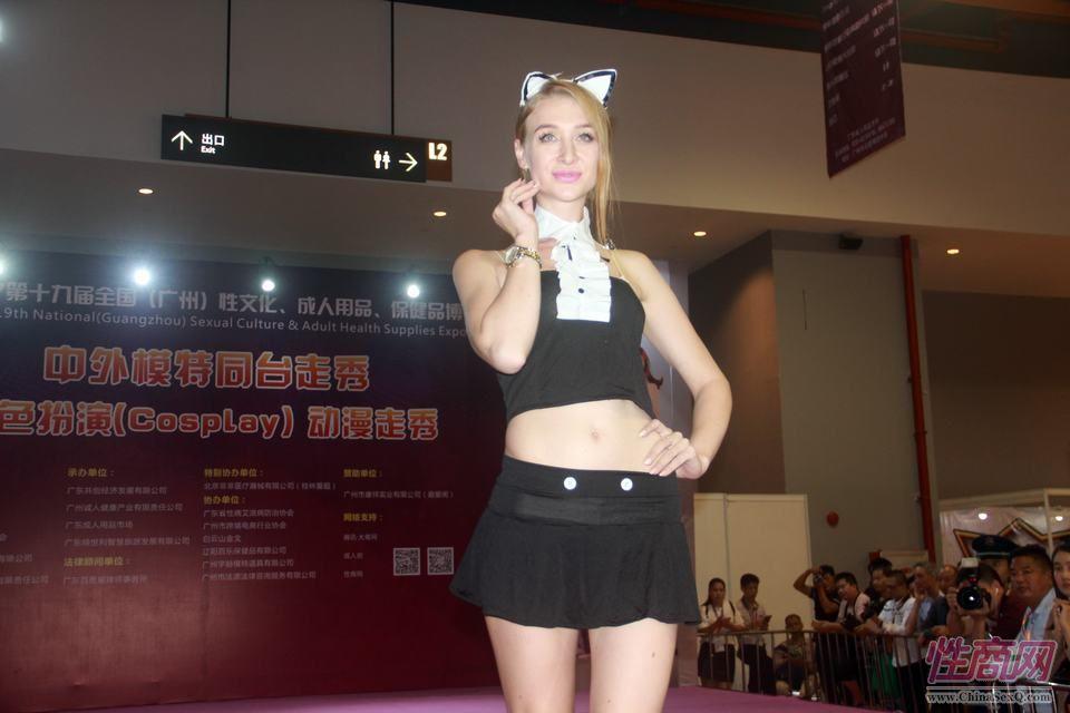 外籍模特展示兔女郎情趣内衣