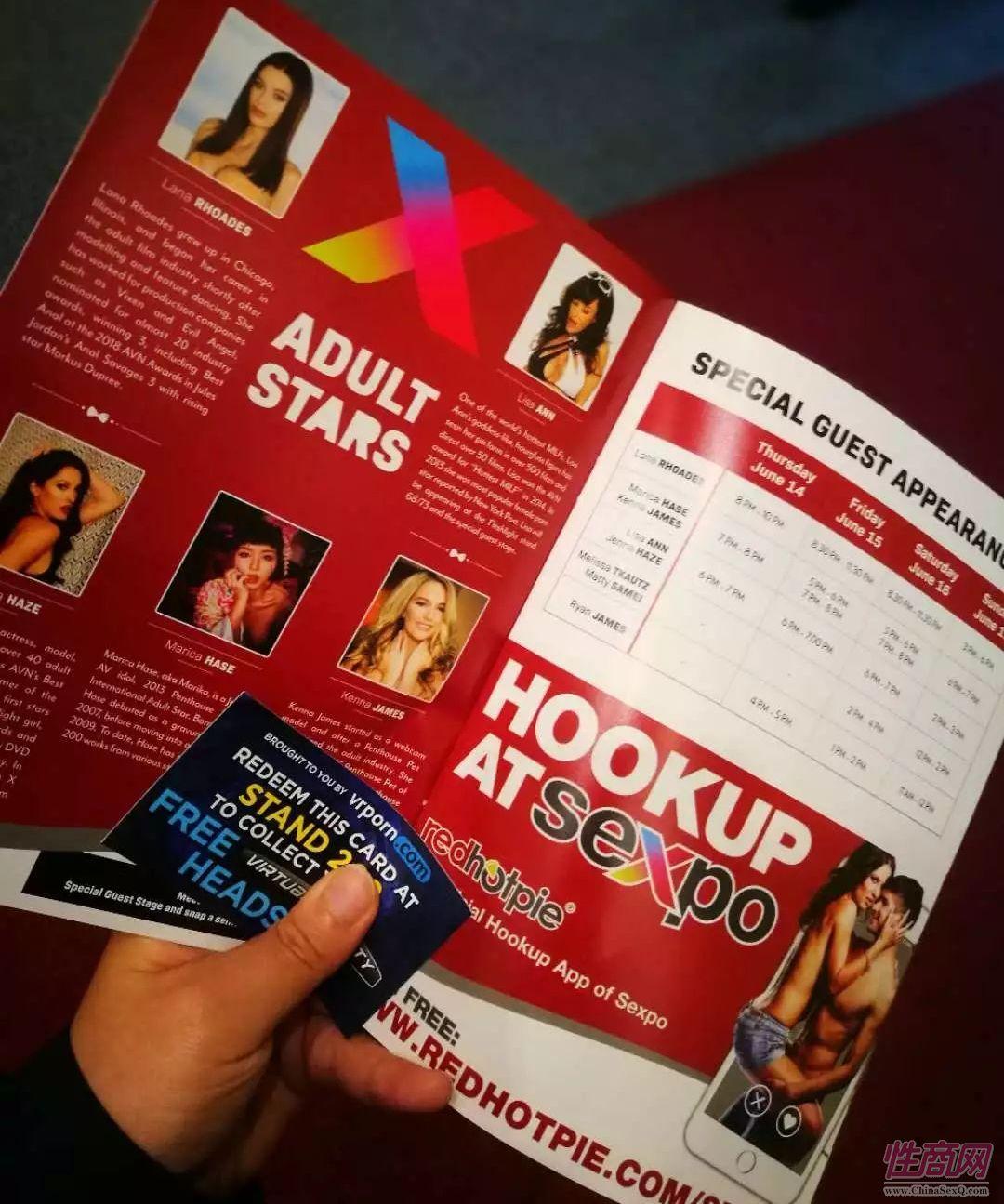 参展手册上有表演时间表和特邀的爱情动作片女明星介绍