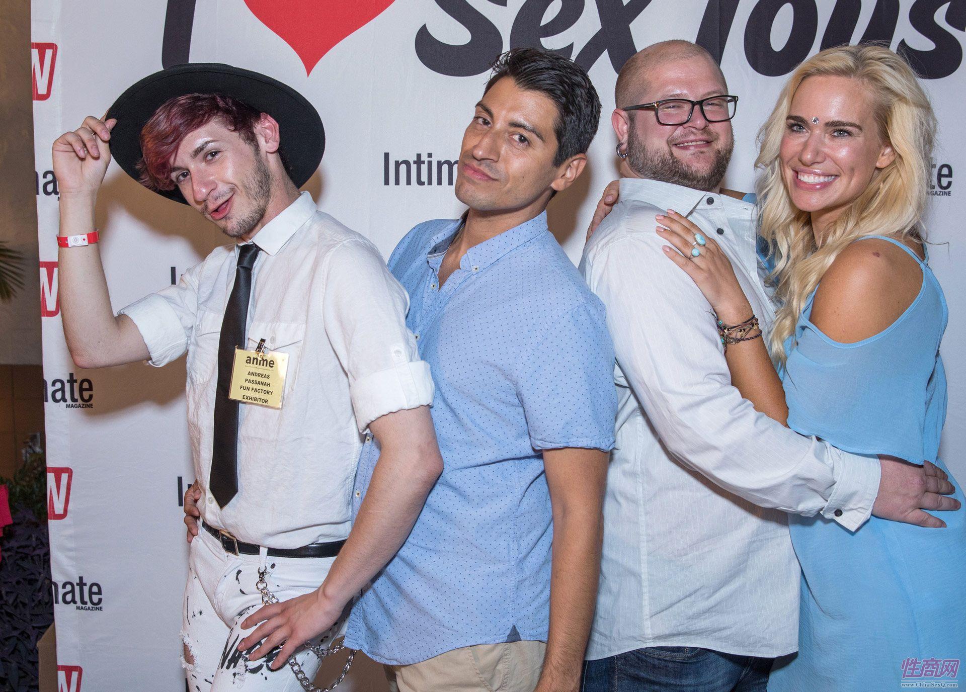 嘉宾们在AVN照片墙前合影留影