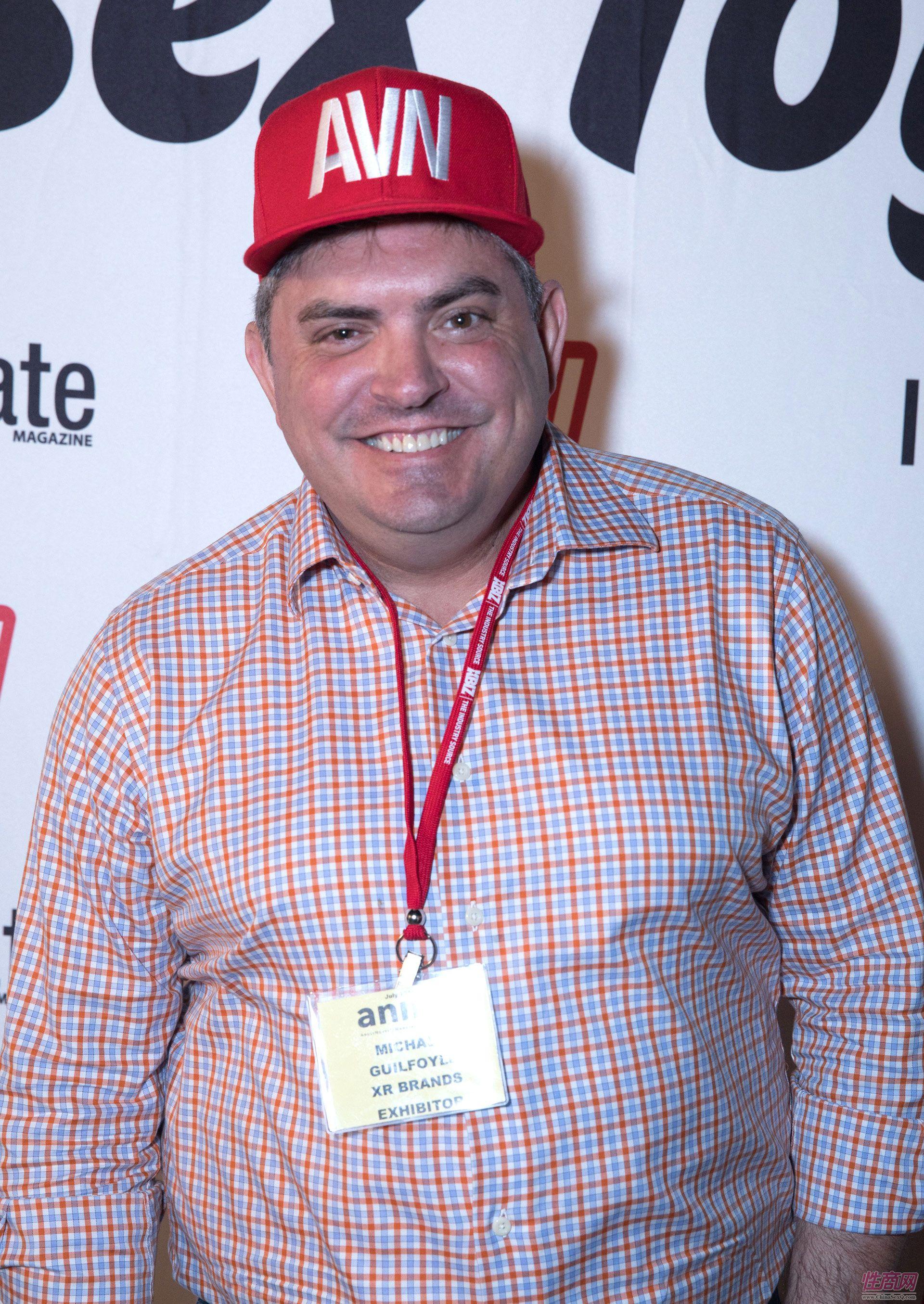 男嘉宾戴着AVN的广告帽子