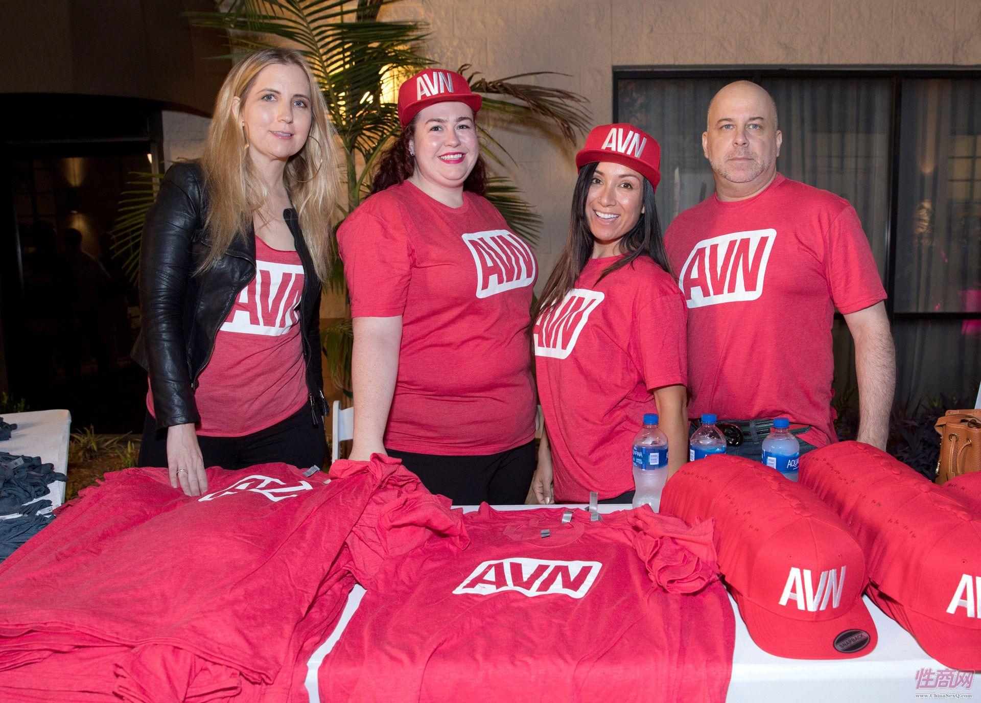 AVN工作人员赠送T恤和帽子