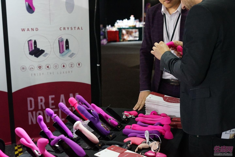 在振动棒玩具供应商展台上,采购商咨询产品相关信息