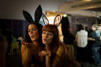 性感的兔女郎向观众献上飞吻