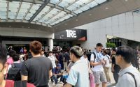 展馆前的观众排队入场
