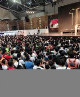 舞台前的观众,如果在大陆举行人气会更旺