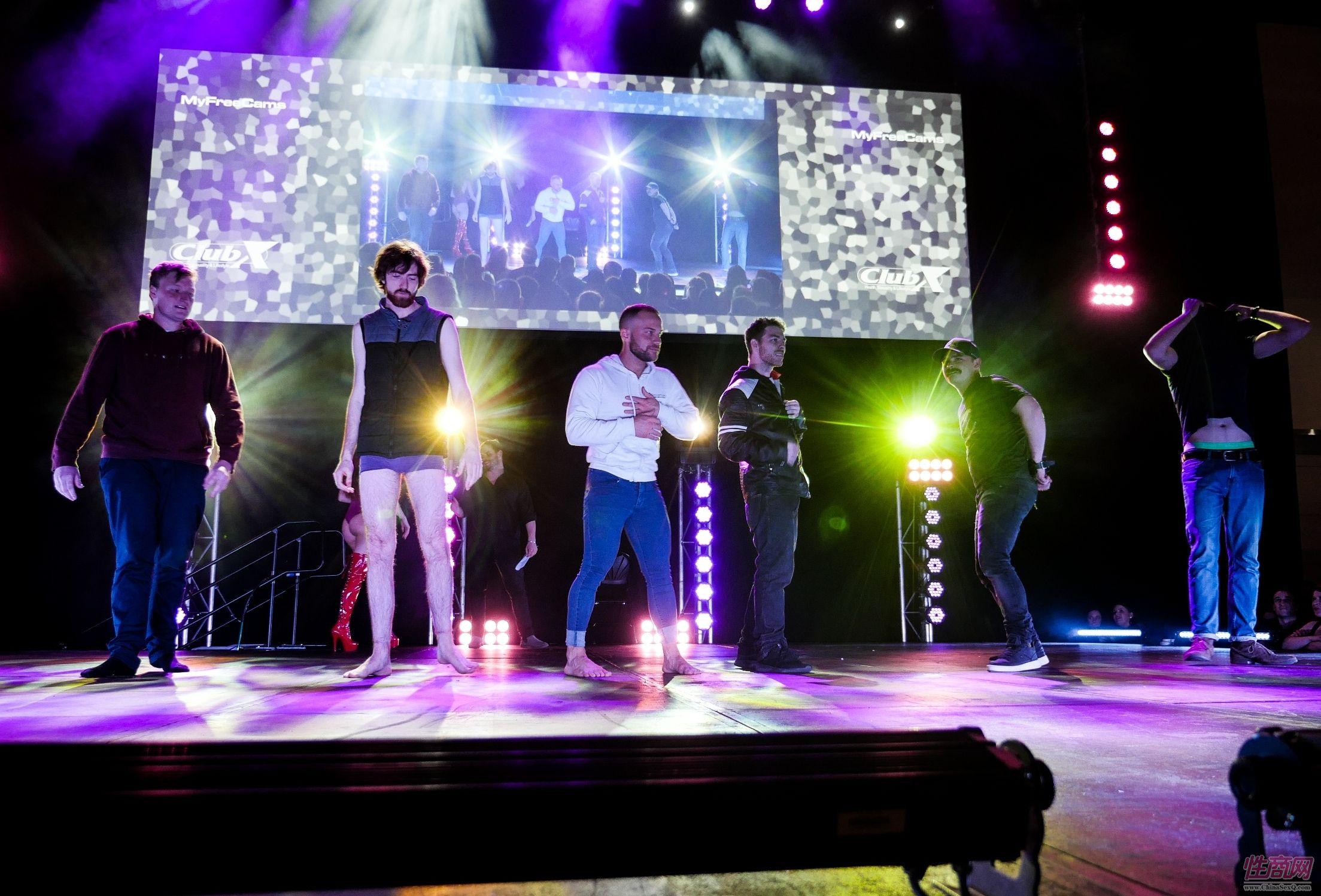 Sexpo成人展的特色活动:素人脱衣舞比赛,现场观众直接报名参加