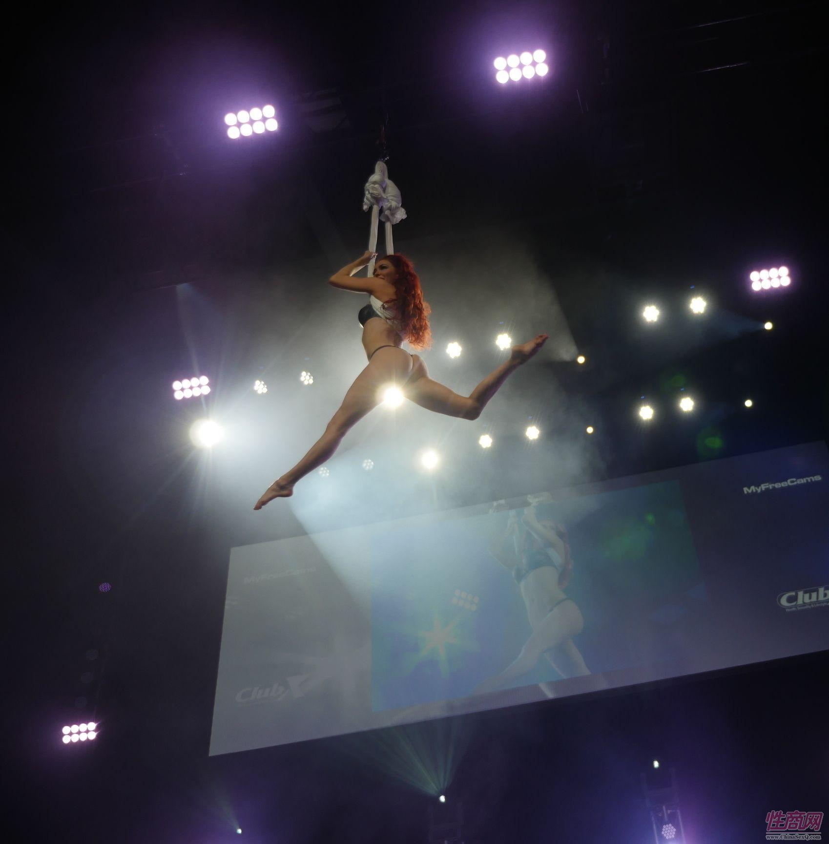 女舞者随着音乐慢慢升入高空