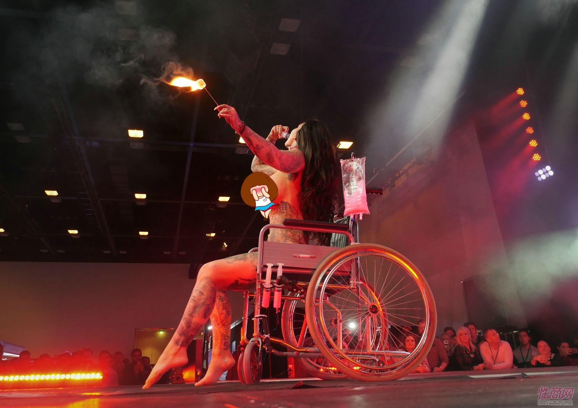 女演员坐着轮椅表演