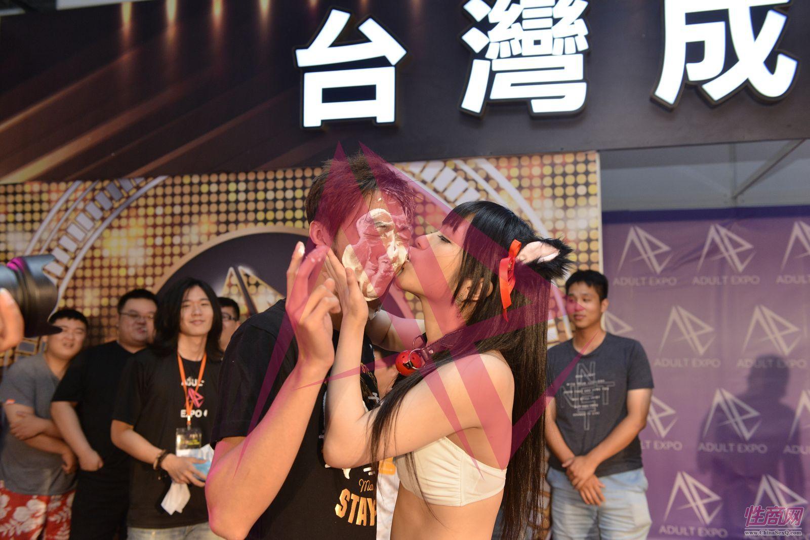 高潮来了:女神把观众脸上的奶油舔掉