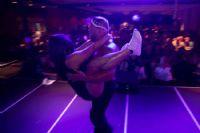 肌肉男和女观众的互动表演