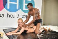 两位模特演示情侣使用润滑剂等情趣用品改善两性生活
